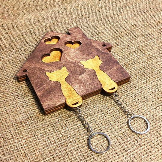 Ключница из дерева настенная «Влюблённые коты» (арт. 50103)