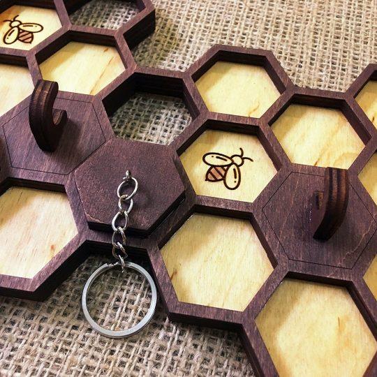 """Ключница из дерева настенная """"Соты с пчёлами"""" (арт. 50109.1)"""