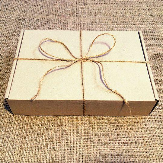 Подарочная коробка из крафтового картона с наполнителем из древесной стружки
